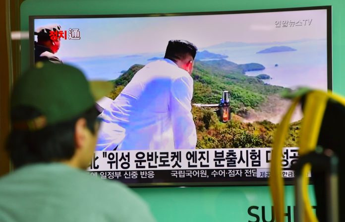 A man watches a television news report showing North Korean leader Kim Jong-Un looking at the country's latest ground test for a rocket engine, at a railway station in Seoul on September 20, 2016. North Korea has successfully tested a new, high-powered rocket engine, state media said on September 20, a move experts say will bolster its already burgeoning weapons programme.  / AFP PHOTO / JUNG YEON-JE