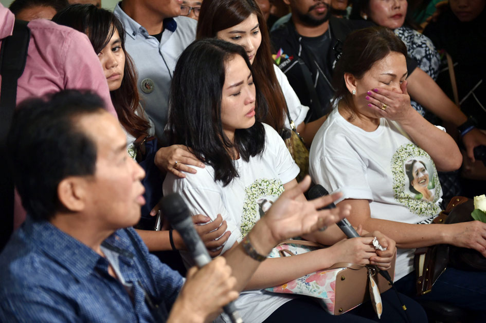 Parents (L and R) and Sandy (C), twin sister of Myrna, who was murdered by Jessica Kumala Wongso, reacts as judges give their verdicts during the trial at the Jakarta on October 27, 2016. Wongso was jailed for 20 years for murdering a college friend by poisoning her coffee, capping a sensational trial that has gripped the country. / AFP PHOTO / Bay ISMOYO