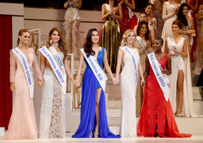 Five contestants pose after having been elected as Miss Five continents during the Miss International beauty pageant final in Tokyo on October 27, 2016. Miss Hawaii Guinevere Davenport (L) elected as Miss International Oceania, Miss Ecuador Ivanna Abad as Miss International America (2nd L), Miss Hong Kong Kelly Yeuk Lam Chan as Miss International Asia (C), Miss Netherlands Melissa Scherpen as Miss International Europe (2nd R) and Miss Sierra Leone Maseray Zelda Swarray as Miss International Africa. / AFP PHOTO / TOSHIFUMI KITAMURA