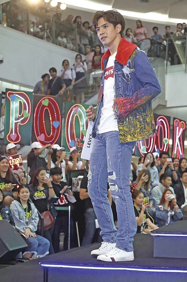 'ไมค์-ปุ๊กลุก' นำทัพดาราบุกรันเวย์ อวดเทรนด์แฟชั่นโชว์ยีนส์ยุค 80'S -