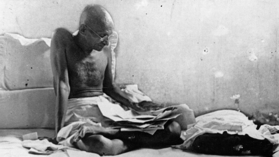 Indian statesman Mahatma Gandhi (Mohandas Karamchand Gandhi, 1969 - 1948) fasts in protest against British rule after his release from prison in Poona, India