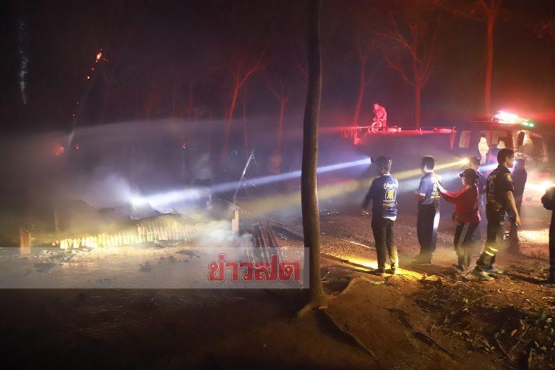 เจ้าหน้าที่ระดมฉีดน้ำดับเพลิง หลังเกิดเหตุ ไฟไหม้บ้าน ในสวนยางพารา