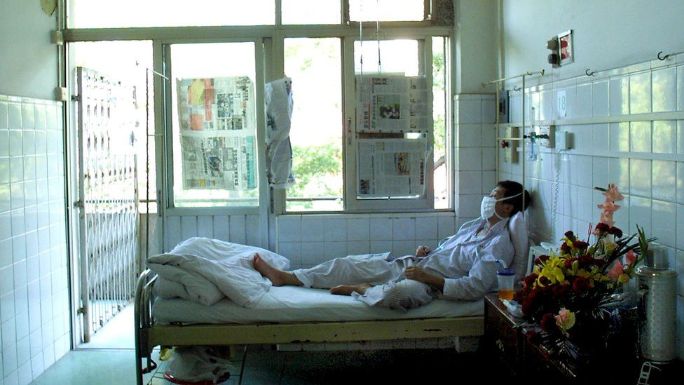 A man recovering from SARS at the No. 1 People's Hospital in Guangzhou, southern China's Guangdong province 25 April 2003