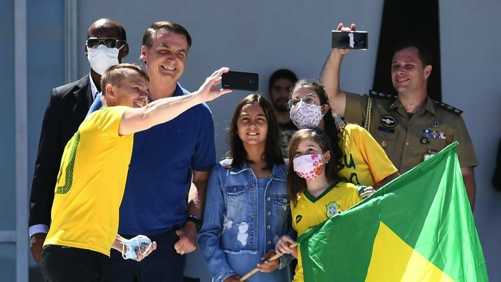 Bolsonaro and his daughter take a selfie with a family of supporters on Sunday (3) in Brasilia