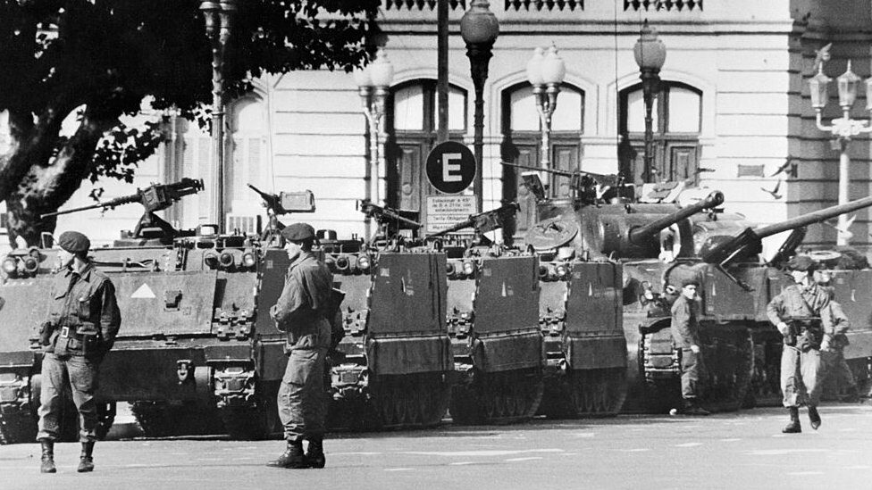 Tanks and armed soldiers outside the presidential palace in Buenos Aires, March 24 1976