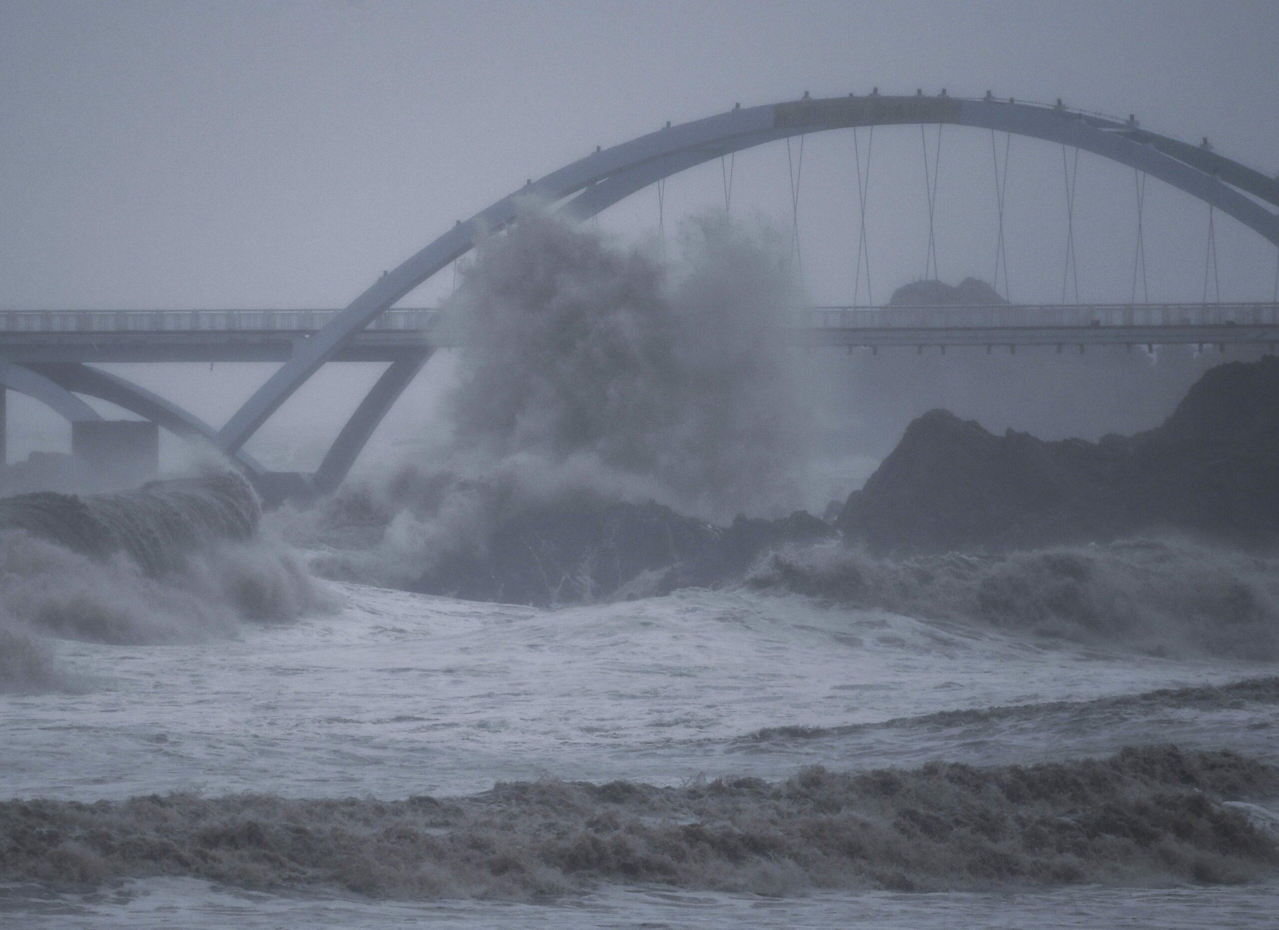 ไต้ฝุ่นจันทูแผลงฤทธิ์ กระทบแหล่งท่องเที่ยว-ท่าเรือใหญ่สุดในจีน